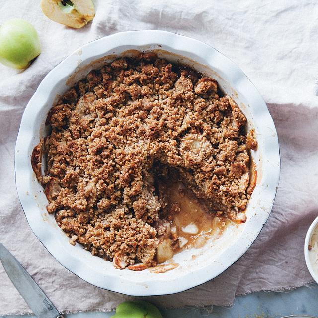Rezept von Linda Lomelino: Apfel-Crumble mit Honig & Pekannüssen