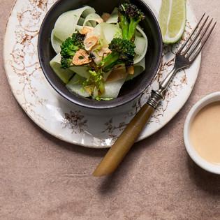 Rezept von Anna Jones: Gerösteter Brokkoli mit Erdnusssauce