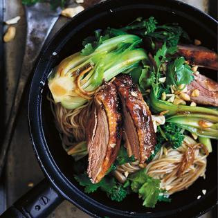 Rezept von Donna Hay: Asianudeln aus dem Wok mit Grillente