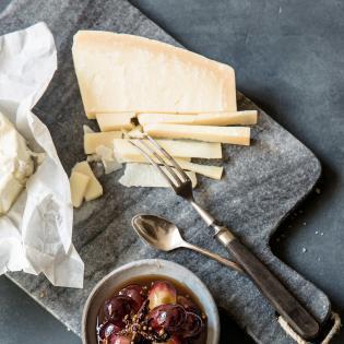 Rezept von Simone Hawlisch: Käseplatte mit würzig eingelegten Weintrauben