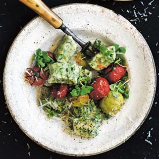 Rezept von Donna Hay: Kräuter-Ricotta-Gnocchi mit Kirschtomaten