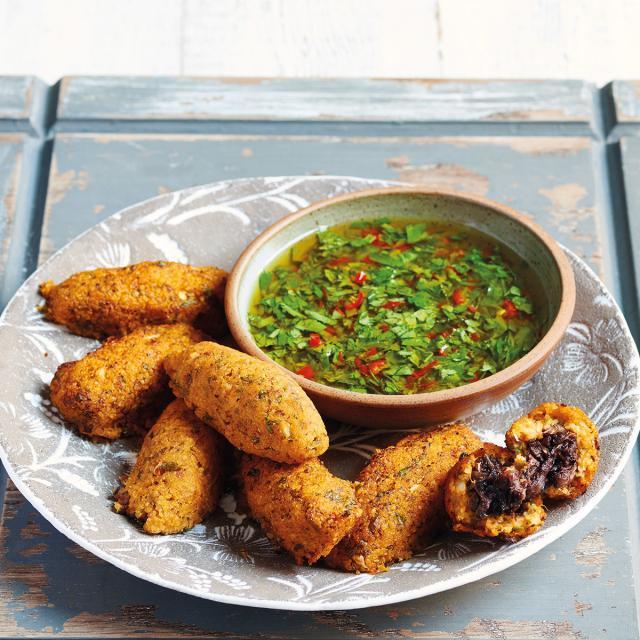 Rezept von Joudie Kalla: Süßkartoffel-Kibbeh mit Kräutersalsa