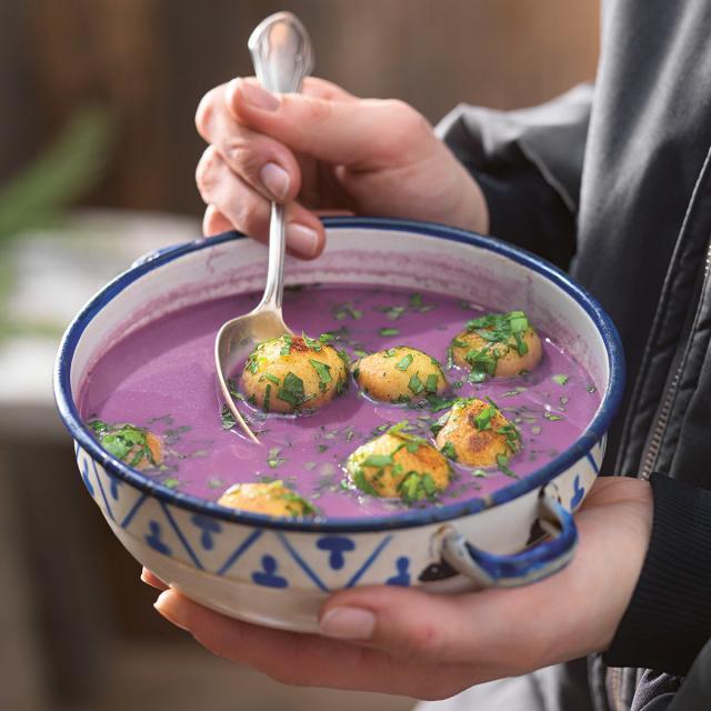Rezept von Paul Ivić: Rotkohlsuppe mit karamellisierten Grießknödeln