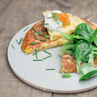Rezept aus Nature II: Maisküchlein mit Lachskaviar, Dillcreme und Feldsalat