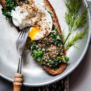 Rezept von Georgina Hayden: Rahmgemüse & pochiertes Ei mit Dukkah