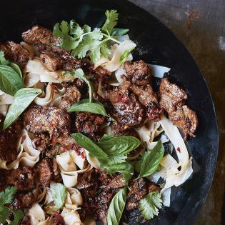 Rezept von Tom Kime: Würzige Rindfleischnudeln mit Kaffirlimettenblättern
