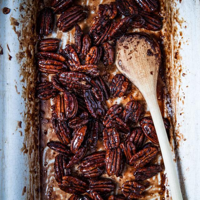 Rezept von Molly Shuster: Würzige Pekannüsse mit Ahornsirup