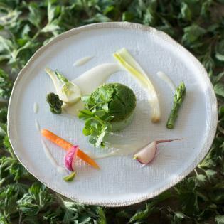 Rezept von Anna Matscher: Brennnesselflan mit jungem Gemüse und Pecorino-Fonduta