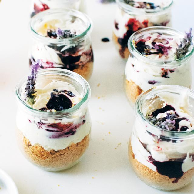 Rezept von Lily Diamond: Mini-Käsekuchen ohne Backen mit Lavendel und Heidelbeeren
