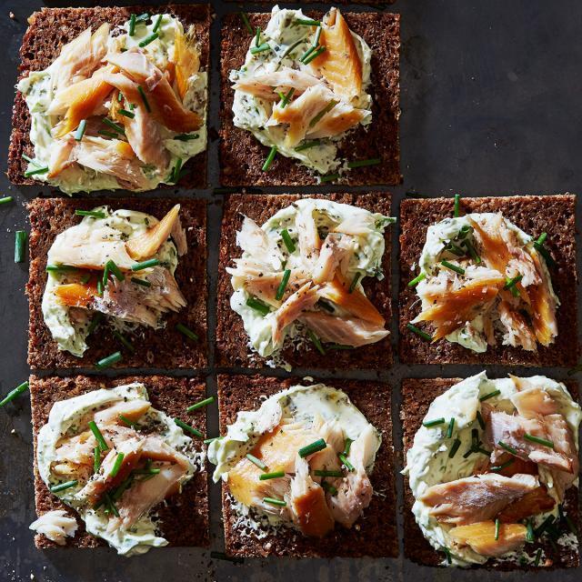 Rezept von Leah Koenig: Kanapees mit Räucherforelle