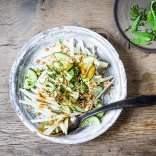 Rezept von Hugh Fearnley-Whittingstall: Kohlrabi, Gurke und Bohnensprossen