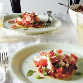 Rezept von Caroline Wright: Maisplätzchen mit Krebs-Tomaten-Salat