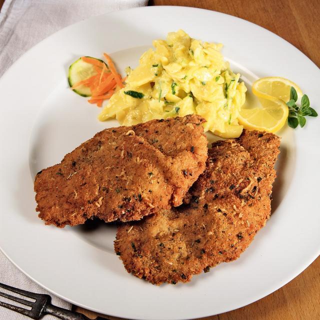 Rezept von Thomas Grefen: Würzige panierte Schnitzel mit Kartoffel-Gurken-Salat
