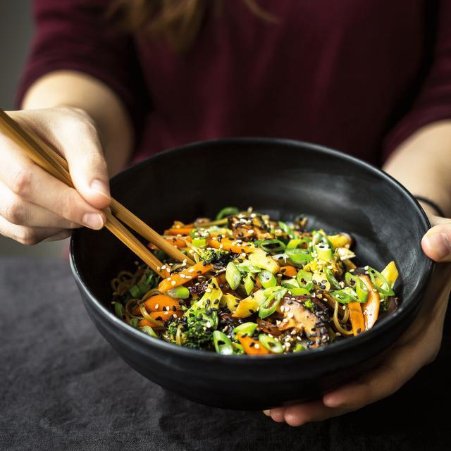 Rezept aus Eat like a woman: Knackiges Gemüse mit Wakame-Reisnudeln