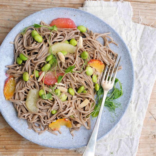 Rezept von Simone Wille: Zitruspasta mit Edamame & Microgreens