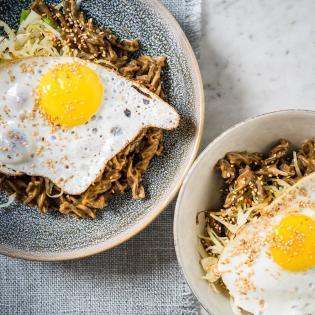 Rezept von Melissa Hemsley: Gebratene Nudeln mit Erdnusssauce