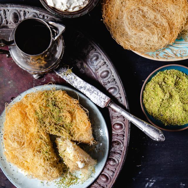Rezept von Nadia Zerouali & Merijn Tol: Osmalieh mit Pistazienkernen & Orangenblütensirup