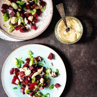 Rezept von Nadia Zerouali & Merijn Tol: Rote-Bete-Salat mit Sesam & Tahindressing