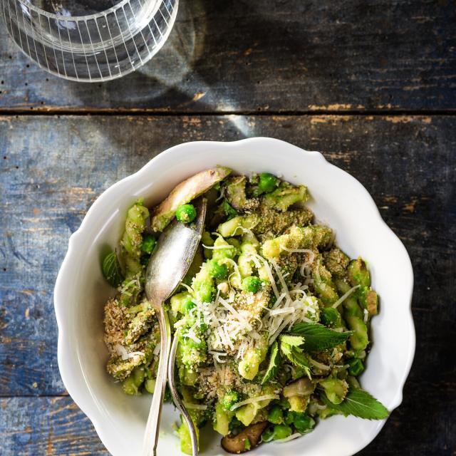 Rezept aus Munchies: Gemelli mit Erbsen, Huhn & Pilzen