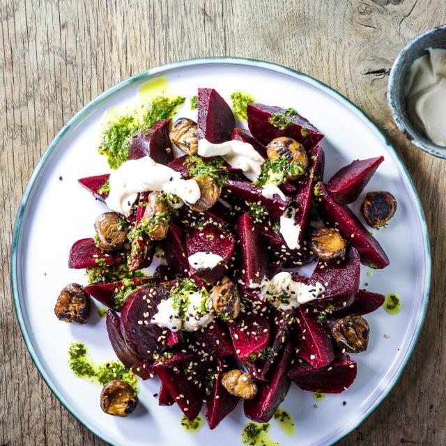 Rezept von Sabrina Ghayour: Salat aus gebackenen Roten Beten mit Tahina-Joghurt