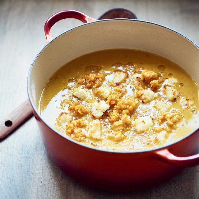 Rezept von Tanja Grandits: Linsen-Safran-Suppe mit Zitronenfeta