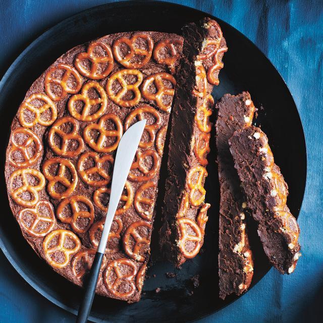Rezept von Donna Hay: Zartbitter-Schokokuchen mit Salzbrezeln