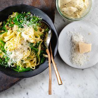 Rezept von Joshua McFadden: Pasta alla gricia mit Zuckerschotenscheibchen