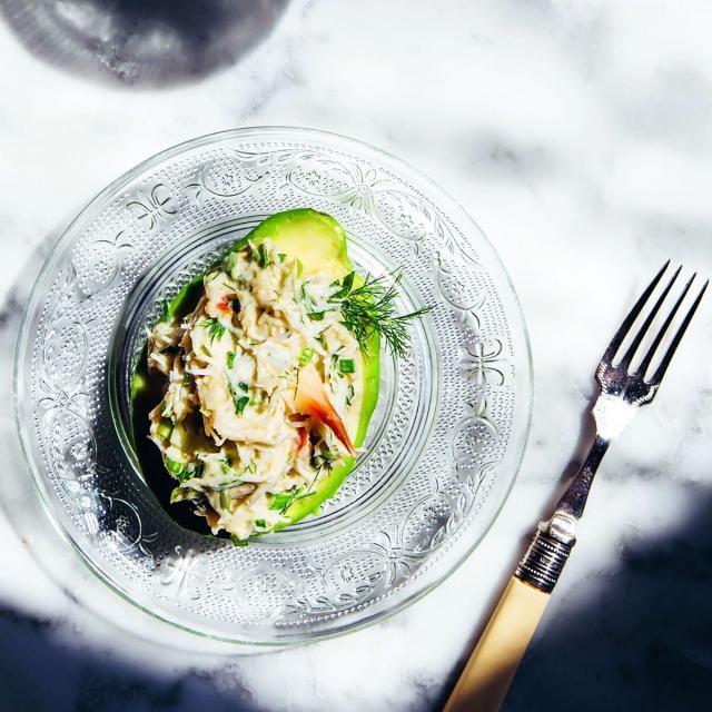 Rezept von Kate Young: Krebsfleischsalat auf Avocadohälften