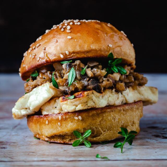 Rezept von Martin Nordin: Gegrillter Halloumi-Burger mit Zwiebel-Pilz-Mus