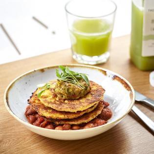 Rezept von Ella Mills: Maispuffer auf Baked Beans mit Avocadocreme