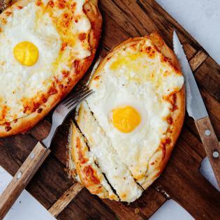 Rezept von Emily Elyse Miller: Georgisches Khachapuri mit Ei