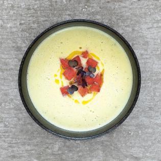 Rezept von Stefanie Hiekmann: Lauwarme Gurkensuppe mit Wassermelone & Frischkäse