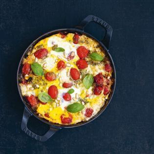 Rezept von Stefanie Hiekmann: Ofen-Omelett mit Büffel-Mozzarella & Basilikumpesto