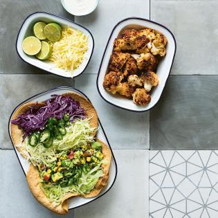 Rezept von Kat Mead: Salat mit gegrilltem Blumenkohl und Tacos