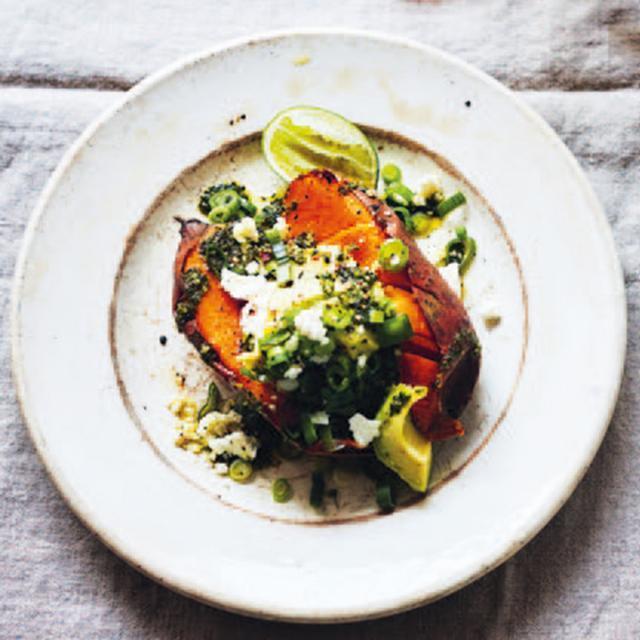 Rezept von Diana Henry: Süßkartoffeln aus dem Ofen mit Avocado & Chimichurri