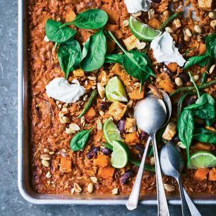 Rezept von David Frenkiel & Luise Vindahl: Süßkartoffelreis aus dem Ofen mit Erdnüssen