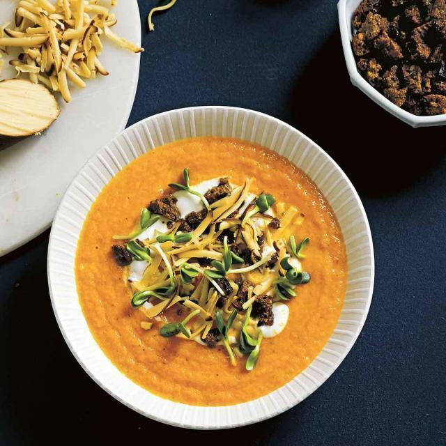 Rezept von Simon Bajada: Karottensuppe mit Räucherkäse & Roggenbröseln