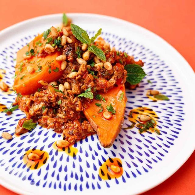 Rezept von Caspar Plautz: Lammhackfleisch, Minze, Harissa, Labneh und Süßkartoffeln