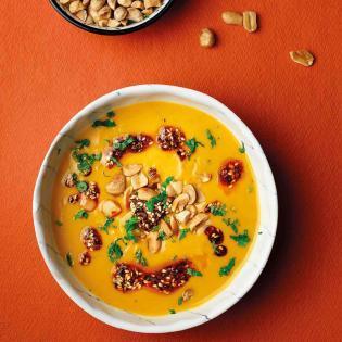 Rezept von Caspar Plautz: Süßkartoffelsuppe mit Erdnüssen, Chili und Kaffirlimettenblättern