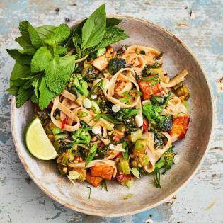 Rezept von Meera Sodha: Pad Thai mit Erdnussmus und lila Brokkoli