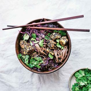 Rezept von Nicole Giger: Sobanudelsalat mit geröstetem Rotkraut, knusprigem Sesamtofu & Tahini-Dressing