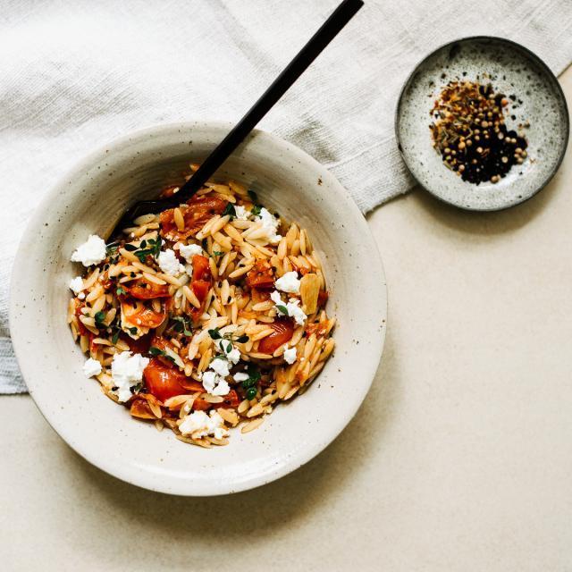 Rezept von Anna Jones: Orzo mit würziger Tomatensauce und Feta