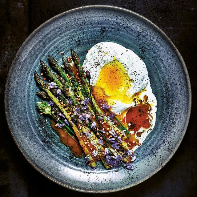 Rezept von Martin Nordin: Gegrillter Spargel mit Burrata, Eigelb & Kumquatsauce