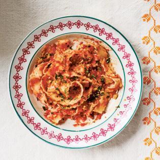 Rezept von Vicky Bennison: Tagliatelle mit Tomaten-Sardellen-Sauce
