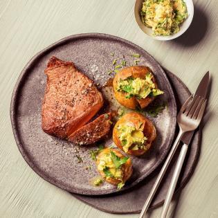 Rezept von Bettina Matthaei: Hüftsteaks mit Ofenkartoffeln & Fernet-Branca-Kräuterbutter