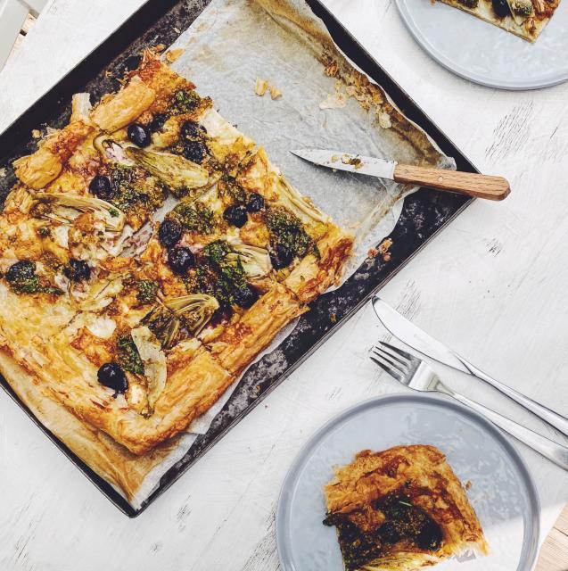 Rezept von Leah Hyslop: Kirsch-Ziegenkäse-Chicorée-Tarte mit Walnussgremolata