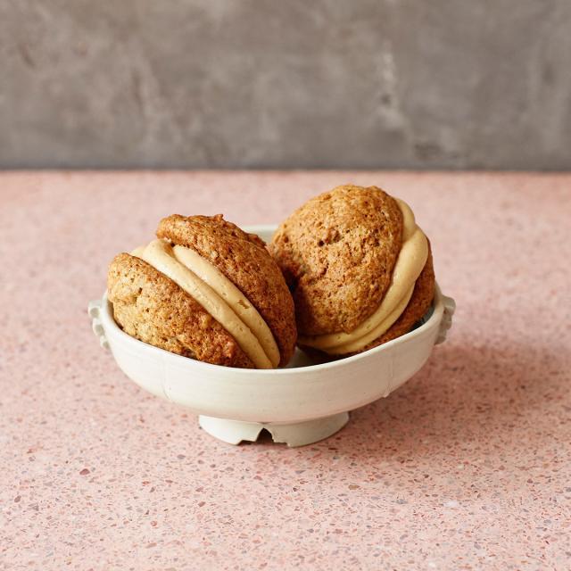 Rezept von Cynthia Barcomi: Banana Whoopie Pies mit Erdnussbutter-Füllung