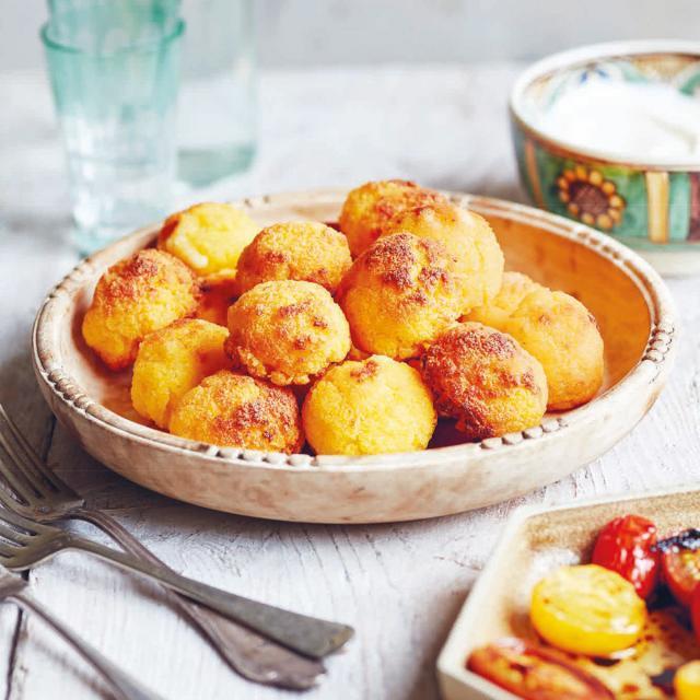 Rezept von Irina Georgescu: Bulz – gebackene Polentabällchen & gebackenen Tomaten