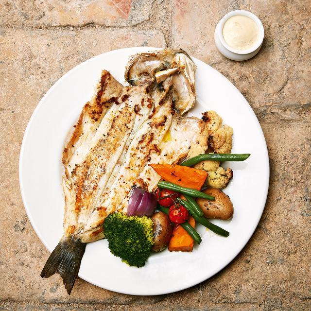 Rezept von Uri Buri: Ganzer gebratener Fisch mit Koriandermayonnaise