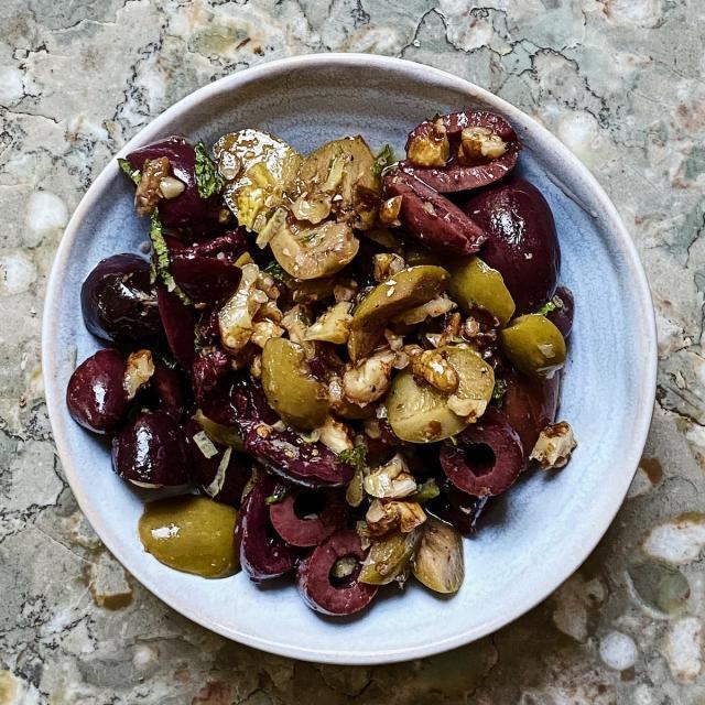 Rezept von Manuela Darling-Gansser: Eingelegte Oliven & Walnüsse